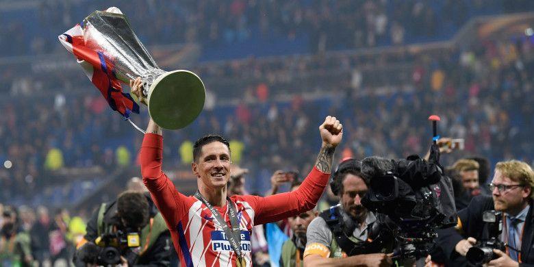 Striker Atletico Madrid, Fernando Torres, mengangkat trofi Liga Europa setelah ikut membawa timnya menjadi juara dengan mengalahkan Olympique Marseille di partai final, Kamis (17/5/2018) dini hari WIB di Stadion Parc OL, Lyon.