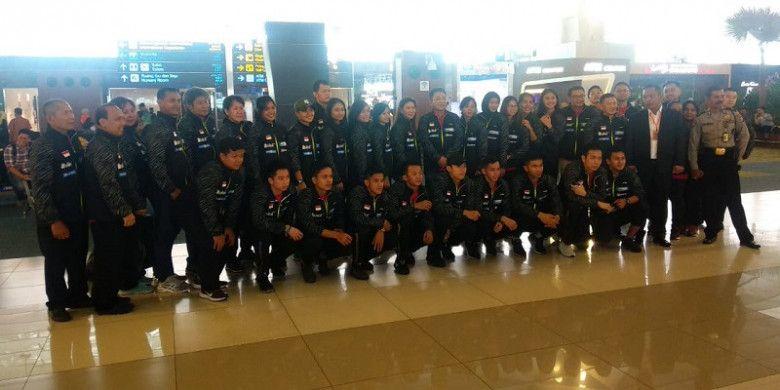 Tim Piala Thomas dan Uber Indonesia berfoto di Bandara Soekarno-Hatta, Tangerang, jelang keberangkatan ke Bangkok, Thailand, Rabu (16/5/2018) pagi.