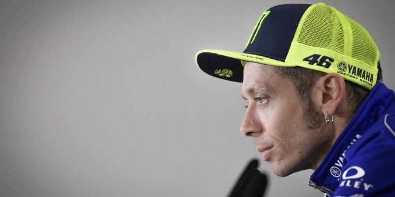 Pebalap Movistar Yamaha, Valentino Rossi, mendengarkan pertanyaan ketika menghadiri konferensi pers jelang MotoGP Prancis di Sirkuit Le Mans, Kamis (17/5/2018).