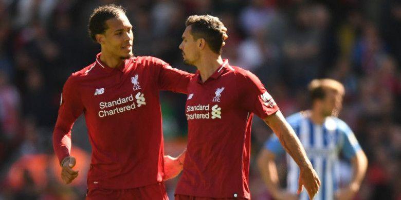 Duo bek Liverpool, Virgil van Dijk (kiri) dan Dejan Lovren, berbicara pada laga Liga Inggris kontra Brighton and Hove Albion di Stadion Anfield, Liverpool, Minggu (13/5/2018).