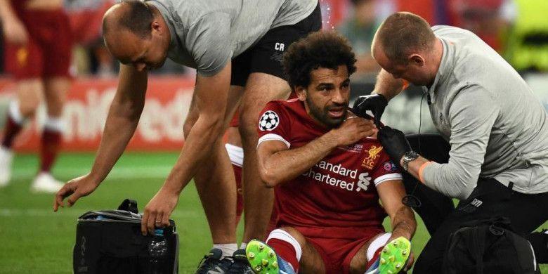 Striker Liverpool, Mohamed Salah, mendapatkan perawatan akibat cedera dalam laga final Liga Champions kontra Real Madrid di Stadion NSC Olimpiyskiy, Kiev, Ukraina pada 26 Mei 2018.