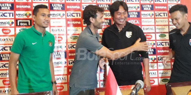 Pelatih timnas U-23 Luis Milla bersama Ricky Fajrin dan asisten pelatih timnas U-23 Thailand, Naruephon Kaenson, Suriya Singmui