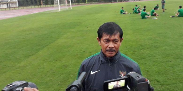 Pelatih Timnas U-19 Indonesia, Indra Sjafri, saat ditemui awak media pada hari kedua sesi pemusatan latihan di Stadion Atletik Universitas Negeri Yogyakarta (UNY), Minggu (20/5/2018).