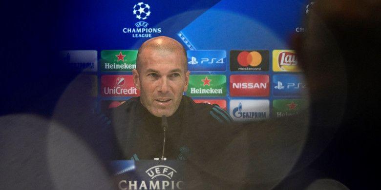 Pelatih Real Madrid, Zinedine Zidane, menghadiri konferensi pers setelah memimpin sesi latihan tim di Valdebebas Sport City, Madrid, Spanyol, pada 16 Oktober 2017.