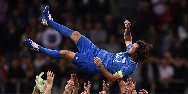 Bekas gelandang Timnas Italia, Andrea Pirlo, merayakan pertandingan yang didedikasikan untuk dirinya, 21 Mei 2018 di Stadion Giuseppe Meazza, Milan