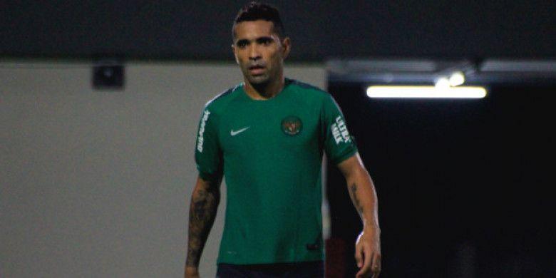 Penyerang naturalisasi Indonesia asal Brasil, Alberto Goncalves saat mengikuti latihan timnas U-23 Indonesia di Lapangan C Senayan, Sabtu (2/6/2018).