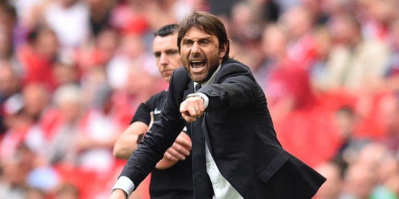 Pelatih Chelsea, Antonio Conte, memberikan instruksi kepada anak-anak asuhnya dalam laga semifinal Piala FA kontra Southampton di Stadion Wembley, London, Inggris pada 22 April 2018.