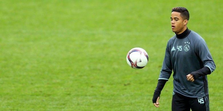 Penyerang Ajax, Justin Kluivert, ambil bagian dalam sesi latihan di Gelsenkirchen, (19/4/2017), menjelang laga Liga Europa melawan Schalke 04.