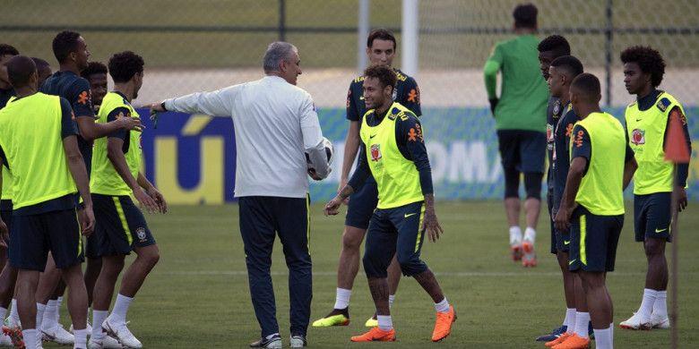 Pelatih Brasil, Tite, berbicara dengan Neymar dalam sesi latihan di Granja Comary training centre, Teresopolis, Rio de Janeiro, Brasil pada 24 Mei 2018.