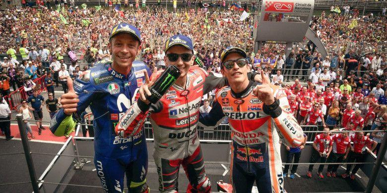 (dari ki-ka) Valentino Rossi, Jorge Lorenzo, dan Marc Marquez berfoto bersama usai ketiganya meraih podium MotoGP Catalunya 2018, Minggu (17/6/2018).