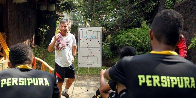 Pelatih Persipura, Osvaldo Lessa, dalam sebuah rapat internal tim Mutiara Hitam di Batu, Malang, Jawa Timur. Osvaldo Lessa mengritik keras jadwal Piala Bhayangkara.