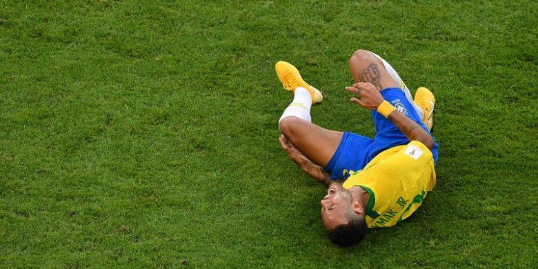 Ekspresi penyerang Brasil, Neymar, dalam laga babak 16 besar Piala Dunia 2018 kontra Meksiko di Samara Arena, Samara, Rusia pada 2 Juli 2018. Liverpool vs PSG menjadi laga pertama yang akan Neymar jalani pada ajang Liga Champions.