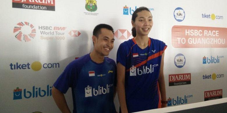 Pasangan ganda campuran Indonesia, Hafiz Faizal/Gloria Emanuelle Widjaja, menjawab pertanyaan media seusai memastikan tiket babak kedua Indonesia Open 2018 di Istora Senayan, Jakarta, Selasa (3/7/2018).