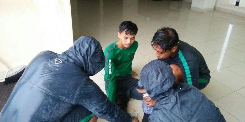Pemain timnas U-19 Indonesia, Muhammad Iqbal, harus mendapat perawatan di bagian lututnya seusai alami benturan pada hari ketiga TC, Senin (21/5/2018).
