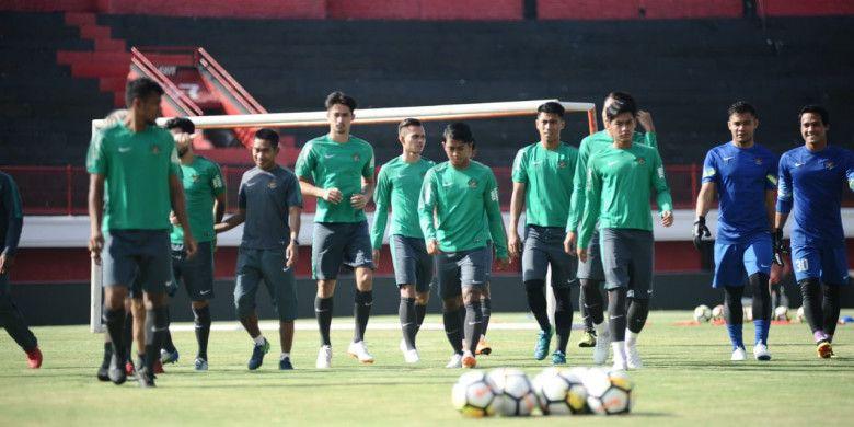 Sesi latihan perdana pemusatan latihan timnas U-23 Indonesia di Stadion Kapten I Wayan Dipta, Gianyar, Bali, Selasa (24/7/2018).