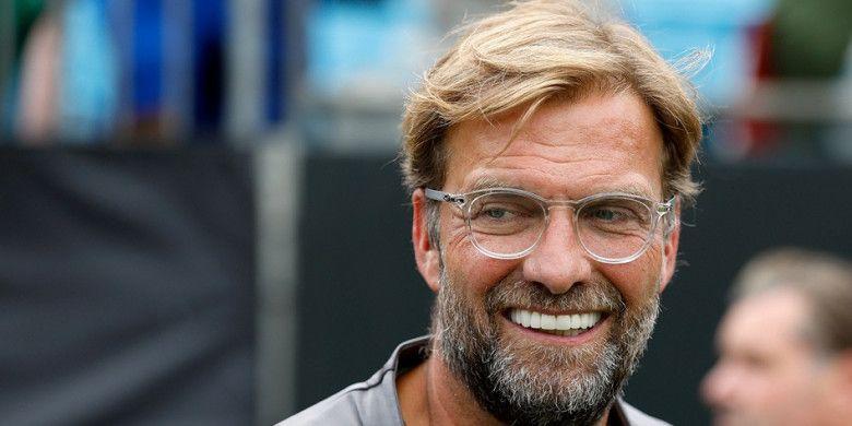 Pelatih Liverpool FC, Juergen Klopp, tersenyum dalam laga International Champions Cup kontra Borussia Dortmund di Bank of America Stadium, Charlotte, Amerika Serikat pada 22 Juli 2018.