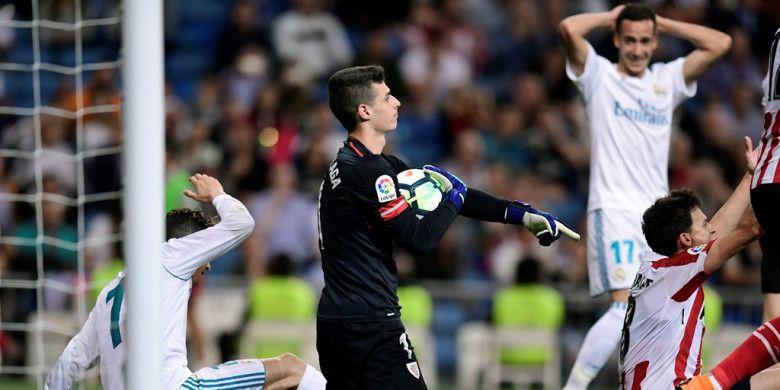 Kiper Athletic Bilbao, Kepa Arrizabalaga, menangkap bola dalam laga Liga Spanyol kontra Real Madrid di Stadion Santiago Bernabeu, Madrid pada 18 April 2018.