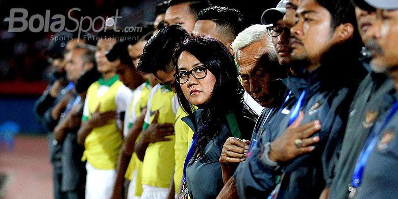 Psikolog Timnas U-16 Indonesia, Laksmiari Saraswati, bersama ofisial tim berada mendampingi dari sisi lapangan pada laga kelima Grup A Piala AFF U-16 2018 di Stadion Gelora Delta Sidoarjo, Jawa Timur, Senin (06/08/2018) malam.