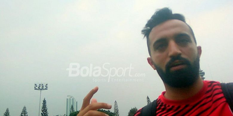 Manajer timnas U-23 Palestina, Islam Masharqa, menjawab pertanyaan BolaSport.com di Lapangan ABC, Senayan, Jakarta, Kamis (9/8/2018).