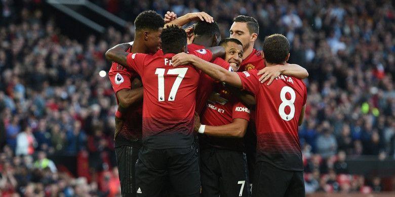 Para pemain Manchester United merayakan gol yang dicetak Paul Pogba dalam laga Liga Inggris kontra Leicester City di Stadion Old Trafford, Manchester pada 10 Agustus 2018.