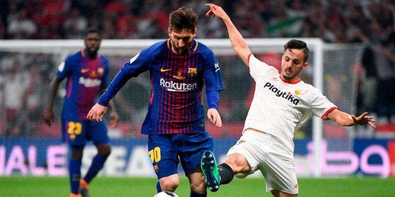 Barcelona Lionel Messi (kiri) bersaing dengan gelandang Sevilla, Pablo Sarabia, pada final Copa del Rey di stadion Wanda Metropolitano, Madrid, Minggu (22/4/2018)