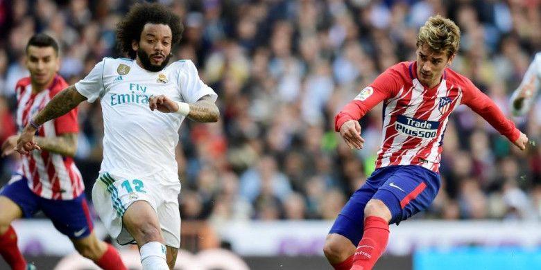 Bek Real Madrid, Marcelo (kiri), mencoba memblok tembakan striker Atletico Madrid, Antoine Griezmann, dalam partai Liga Spanyol di Santiago Bernabeu, Madrid, 8 April 2018.