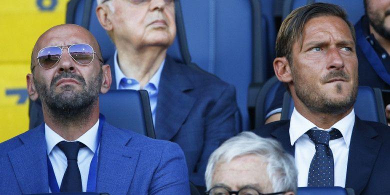 Direktur Olahraga AS Roma, Ramon Rodriguez Verdejo alias Monchi (kiri) menyaksikan laga Liga Italia antara Atalanta dan Roma di Stadion Atleti Azzurri dItalia, Bergamo, pada 20 Agustus 2018.