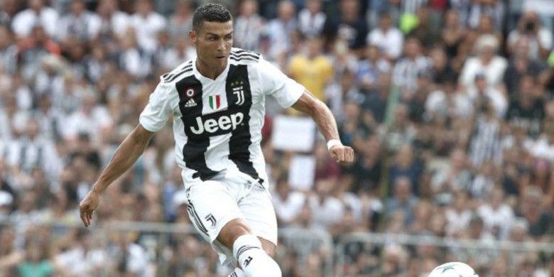 Megabintang sepak bola, Cristiano Ronaldo, melakukan laga perdana bersama Juventus melawan tim yunior di Villar Perosa, Minggu (12/8/2018).