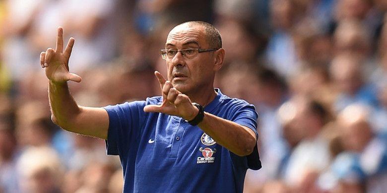 Pelatih Chelsea, Maurizio Sarri, memberikan instruksi kepada anak-anak asuhnya dalam laga Liga Inggris kontra Huddersfield Town di Stadion John Smiths, Huddersfield pada 11 Agustus 2018.