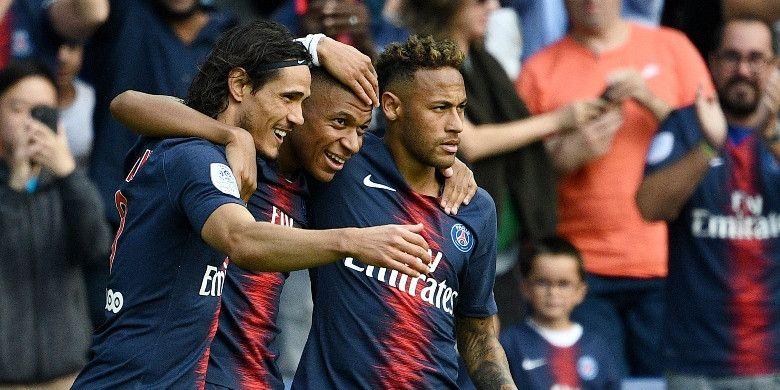 Penyerang Paris Saint-Germain, Kylian Mbappe (tengah), merayakan golnya bersama Edinson Cavani (kiri) dan Neymar dalam laga Liga Prancis kontra Angers di Stadion Parc des Princes, Paris pada 25 Agustus 2018.