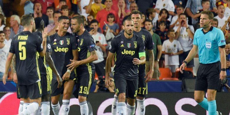 Megabintang Juventus, Cristiano Ronaldo, menangis usai menerima kartu merah dalam laga Grup H Liga Champions kontra Valencia di Stadion Mestalla, Valencia, Spanyol pada 19 September 2018.