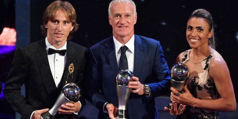 Dari kiri ke kanan: Luka Modric, Didier Deschamps, dan Marta, berpose dengan trofi masing-masing dalam acara penganugerahan The Best FIFA Football Awards di London, 24 September 2018.