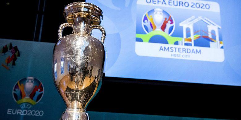 Trofi Piala Eropa dipamerkan dalam peluncuran logo Euro 2020 Amsterdam.
