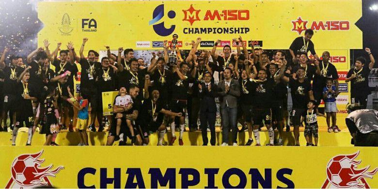 Skuad PTT Rayong merayakan gelar juara Thai League 2 setelah menumbangkan tuan rumah Rayong 2-0 pada laga pamungkas di Stadion Rayong, Sabtu (29/9/2018).