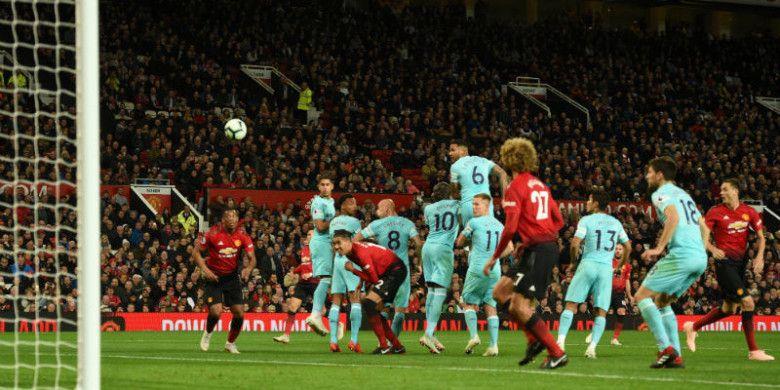 Proses gol pemain Manchester United, Juan Mata, saat melawan Newcastle United dalam laga Liga Inggris 2018-2019 di Stadion Old Trafford, Manchester, Inggris, pada Sabtu (6/10/2018).