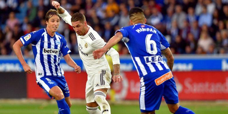 Kapten Real Madrid, Sergio Ramos saat bermain kontra Deportivo Alaves di Mendizorrotza Stadium pada pekan kedelapan La Liga 2018-2019, Sabtu (6/10/2018).