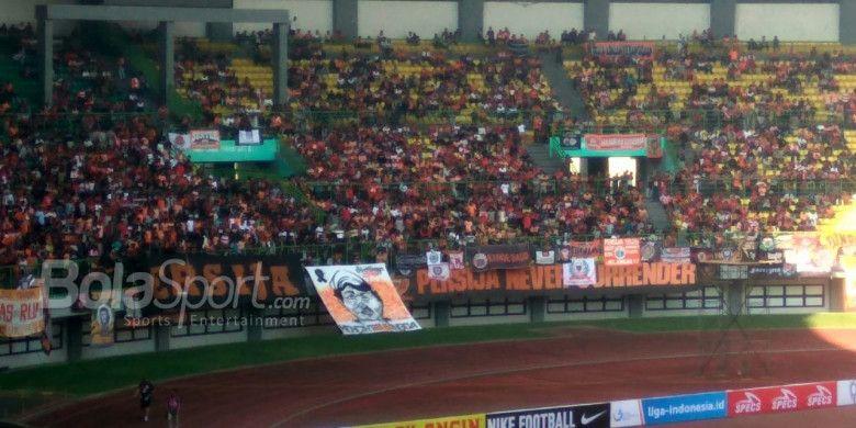 Curva Nord The Jak Mania memasang spanduk dengan wajah almarhum Haringga Sirila pada laga Persija Jakarta dan Perseru Serui, di Stadion Patriot Chandrabhaga, Bekasi, Senin (8/10/2018).