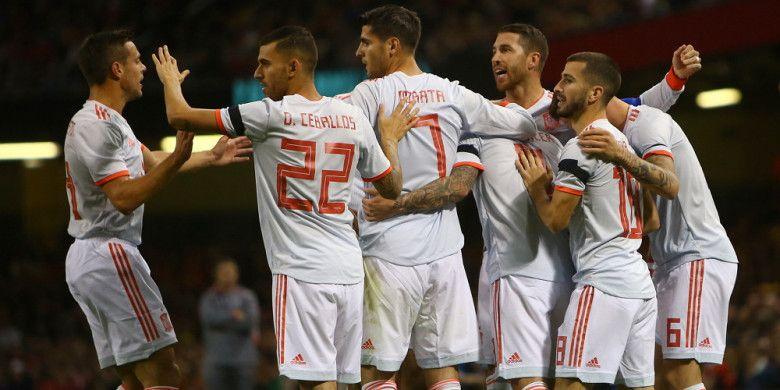 Para pemain timnas Spanyol merayakan salah satu gol yang dicetak oleh Paco Alcacer saat menghadapi Wales di Stadion Cardiff City, Cardiff, Wales, pada Kamis (11/10/2018).