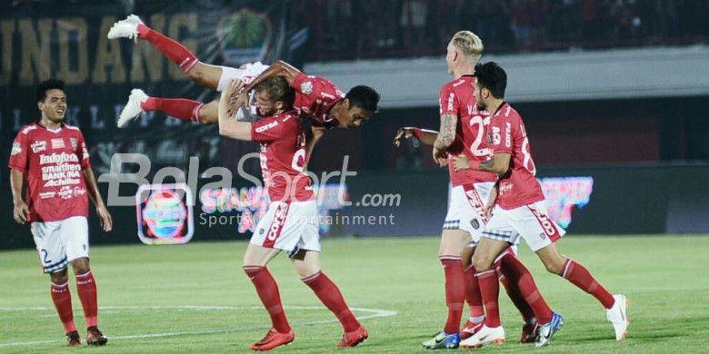 Striker Bali United, Melvin Platje, membopong Fadil Sausu saat merayakan gol yang dicetak ke gawang Bhayangkara FC dalam duel Liga 1 2018 di Stadion Kapten I Wayan Dipta, Gianyar, Sabtu (21/7/2018).