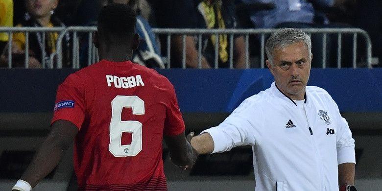 Gelandang Manchester United, Paul Pogba (kiri), menyalam pelatih Jose Mourinho seusai ditarik keluar dalam laga Grup H Liga Champions kontra Young Boys di Stade de Suisse, Bern, Swiss pada 19 September 2018.