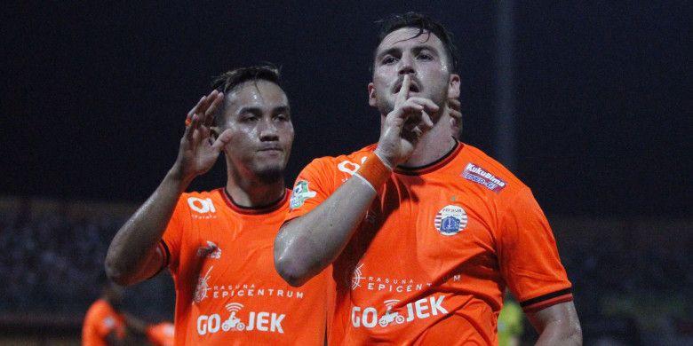 Pemain Persija Jakarta Gunawan Dwi Cahyo ikut merayakan gol yang dicetak Marko Simic ke gawang Madura United di Stadion Gelora Ratu Pamelingan, Pamekasan, Madura, Minggu (14/10/2018).