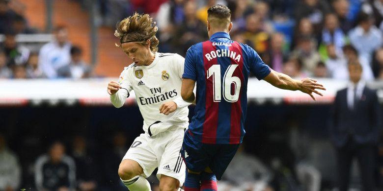 Gelandang Real Madrid, Luka Modric, berduel dengan pemain Levante, Ruben Rochina, dalam lanjutan Liga Spanyol di Stadion Santiago Bernabeu, 20 Oktober 2018.
