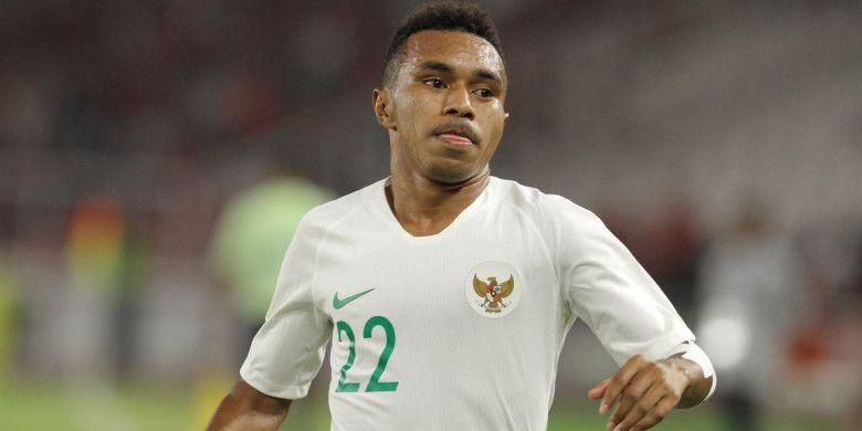 Pemain timnas U-19 Indonesia, Todd Rivaldo Ferre, beraksi pada laga fase grup Piala Asia U-19 2018 kontra Qatar di Stadion Utama Gelora Bung Karno, Jakarta, Minggu (21/10/2018).