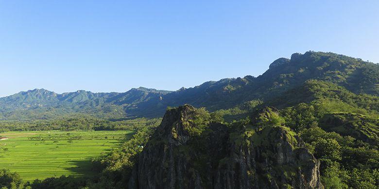 Pemandangan Sisi Selatan Gunung Sepikul Berupa Rangkaian Pegunungan yang Memanjang