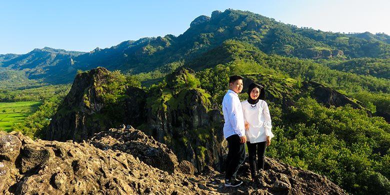 Sejoli sedang melakukan sesi foto Prewedding di Puncak Gunung Sepikul