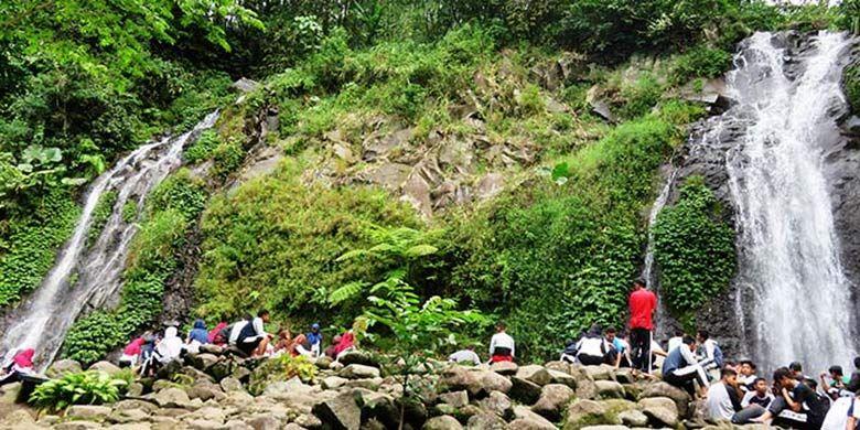 Para Pengunjung Menikmati Suasana Asri di Air Terjun Pengantin
