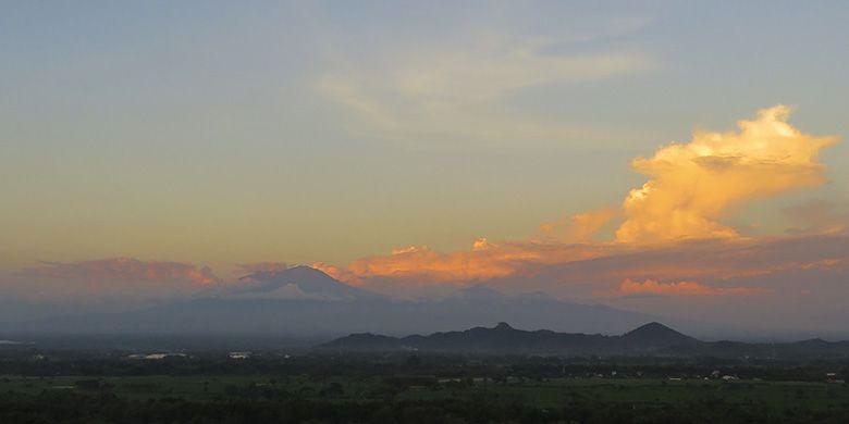 Gunung Lawu Setinggi 3265 Meter di Atas Permukaan Laut Dilihat dari Puncak Gunung Sepikul