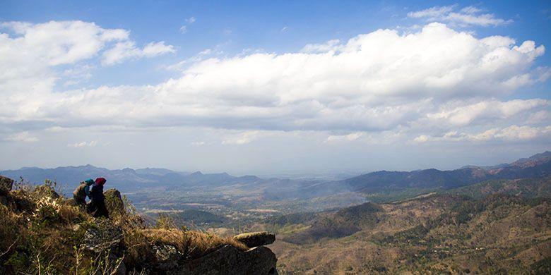 Gunung Besek Menawarkan Pemandangan Hamparan Barisan Pegunungan