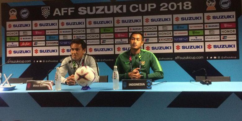 Pelatih timnas Indonesia, Bima Sakti, didampingi kapten tim Hansamu Yama, memberikan keterangan kepada media di Stadion Nasional, Singapura, Kamis (8/11/2018).