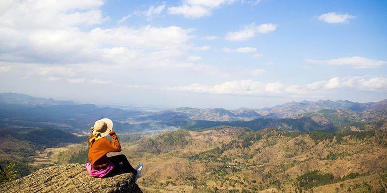 Spot Foto Favorit di Gunung Besek Berlatar Belakang Hamparan Barisan Pegunungan